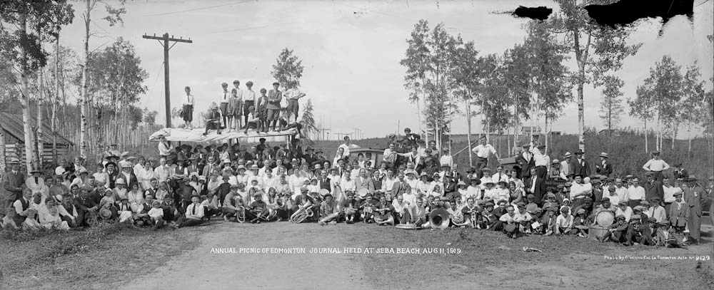 A panorama photograph of a group of picnicers in 1919.